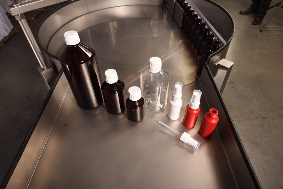 Leere Desinfektionsbehälter vor dem Abfüllen